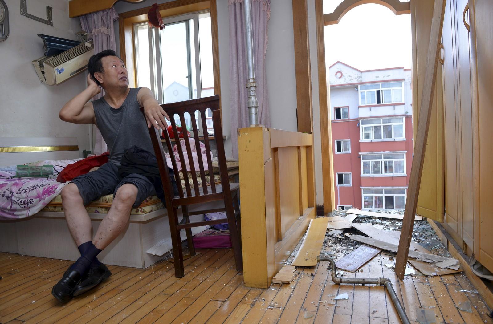 Denne mannen måtte sette seg ned for å fordøye det absurde som nettopp skjedde utenfor leiligheten sin i Shenyang, nord i Kina. Balkongen raste plutselig fra hverandre og landet midt på fortauet seks etasjer nedenfor. Ingen ble heldigvis skadd i hendelsen.