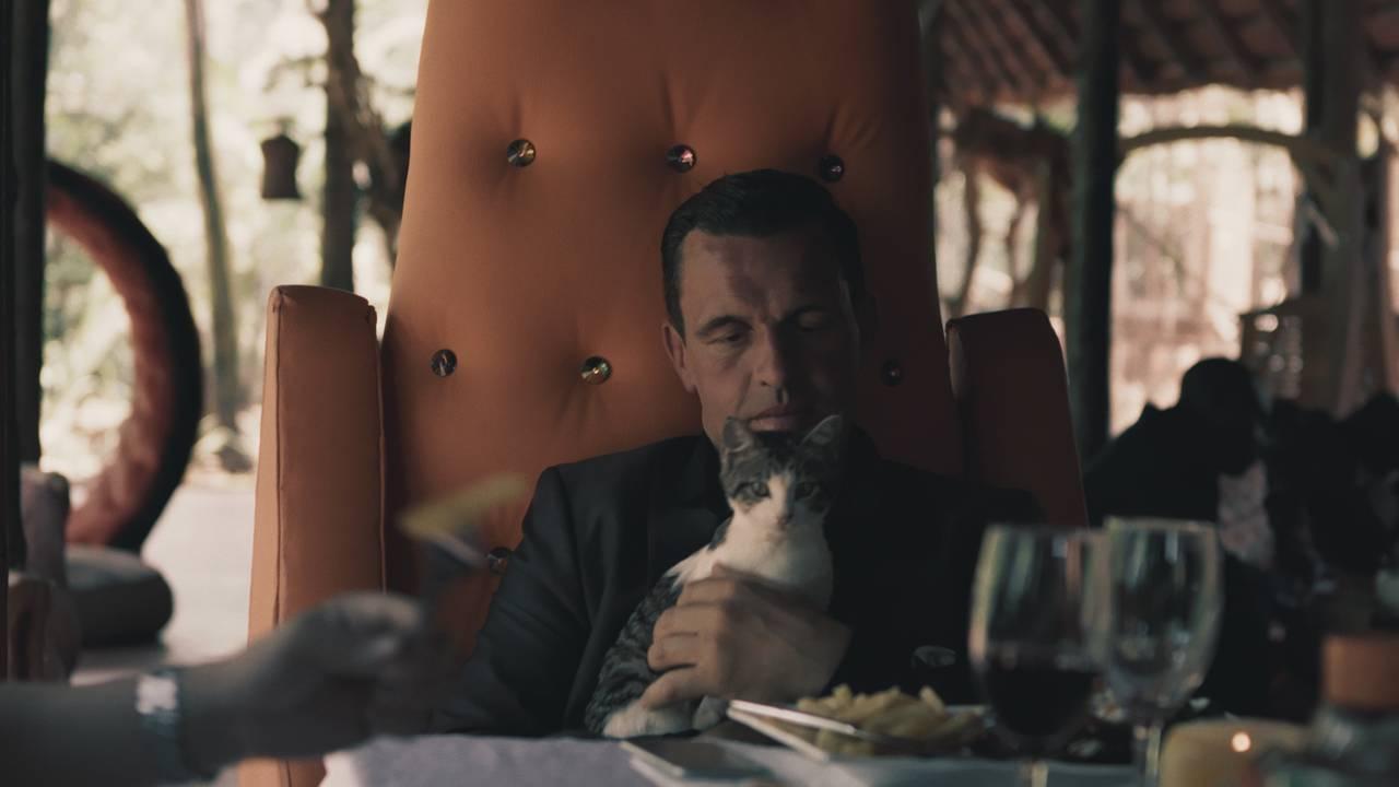 Mr. James sitter med en katt på fanget