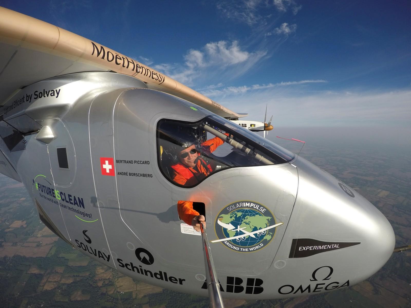 """Pilot Bertrand Piccard tok en """"selfie"""" under turen til Lehigh Valley, Pennsylvania, USA denne uka. Dette var siste etappe av den historiske jorda rundt-reisen med flyet som kun er drevet av energi fra sola."""