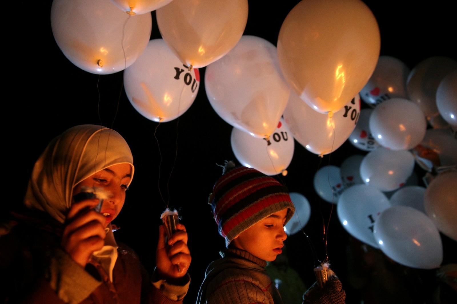 DAMASCUS: Barn i bydelen Jobar i Damascus i Syria slipper hvite ballonger for å markere nytt år og ny fredsplan i Syria.