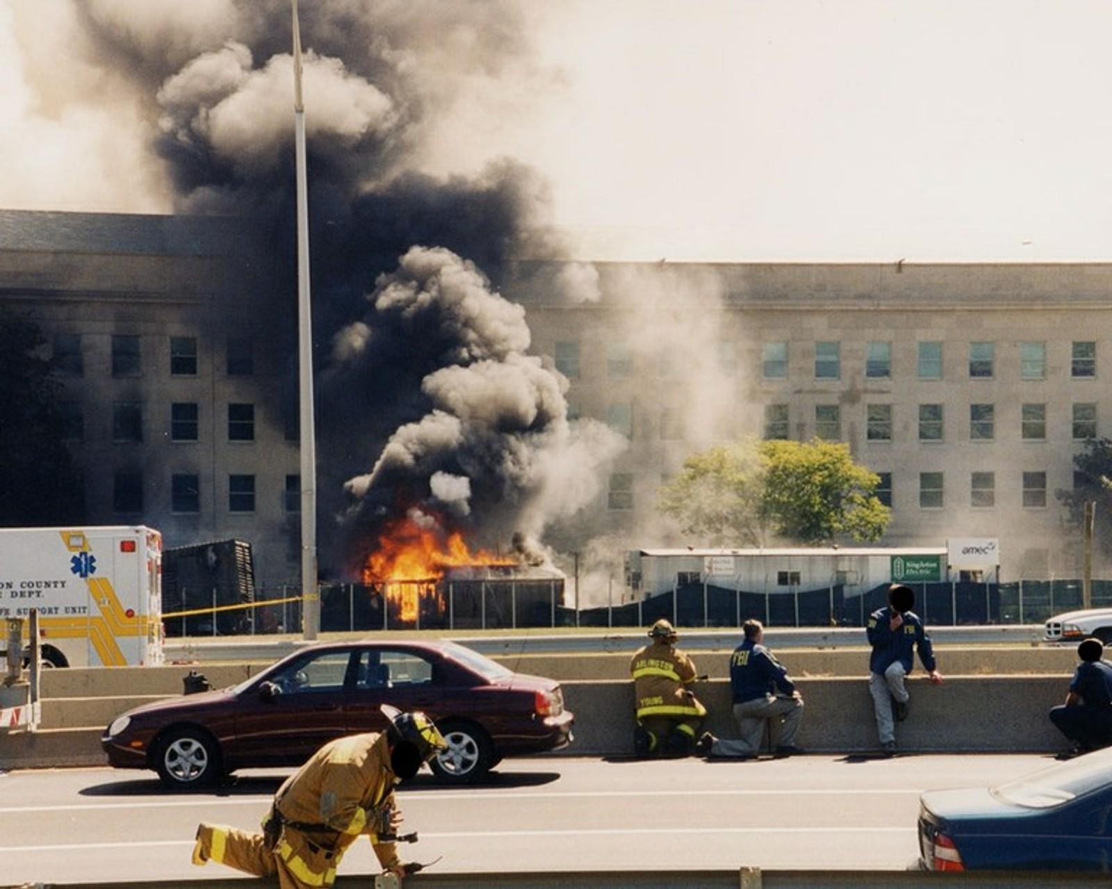 Brannmenn og FBI-tjenestemenn vurderer krasjstedet.