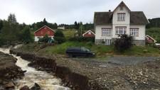 NY ELV PÅ TUNET: Frå skogen og ned i fjorden. Ei ny elv kaste digre steinar nedover bakkane, og vatnet reiv med seg god matjord.
