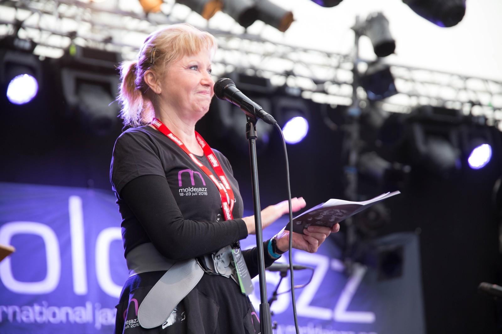 Konferansier Anitra Eriksen lovte en opplevelsesrik festivaluke.