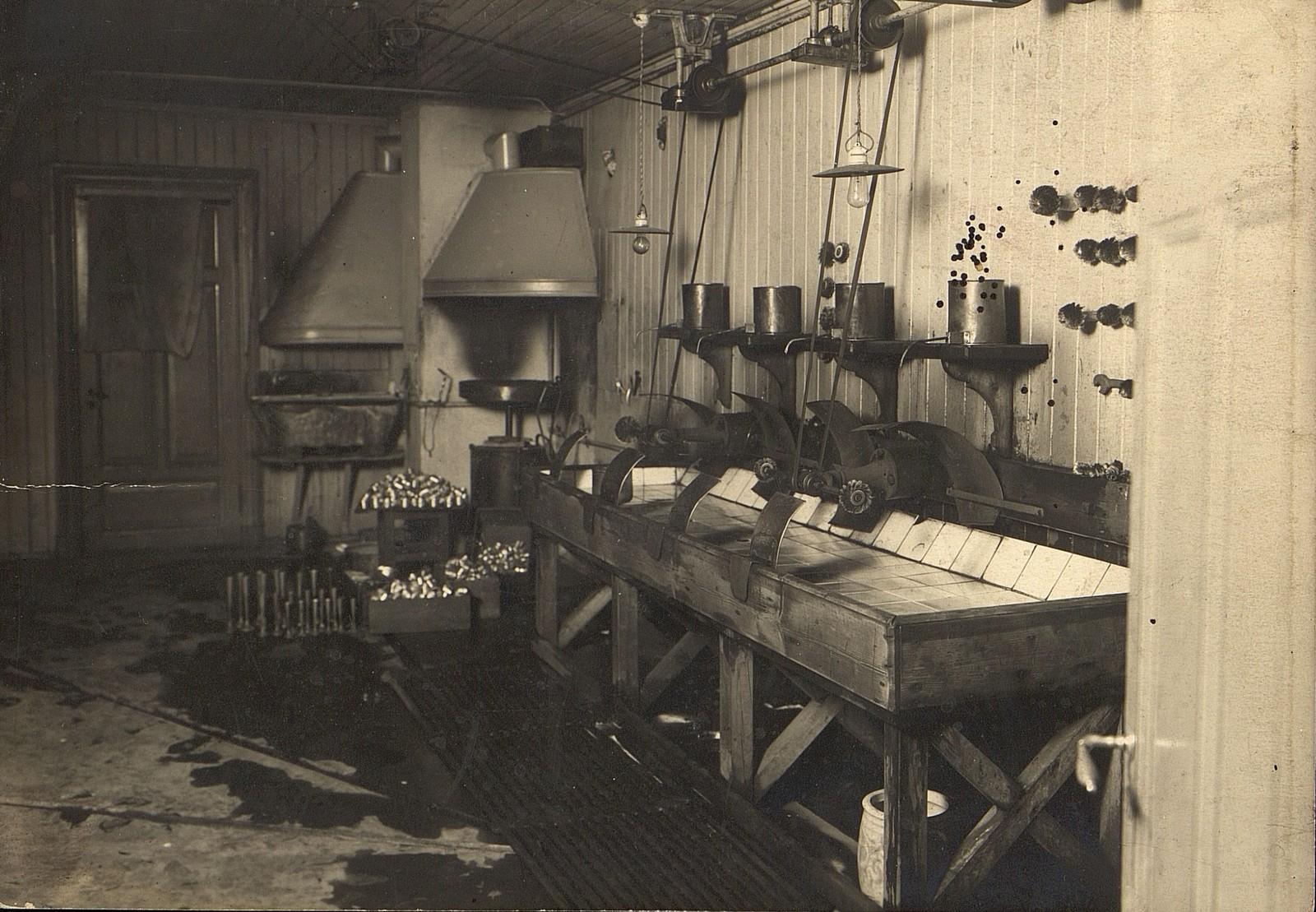 Fra produksjonslokalene i Anders Larsensgt. 15. Maskiner og utstyr i fabrikkens verksteder. Rundt 1910.