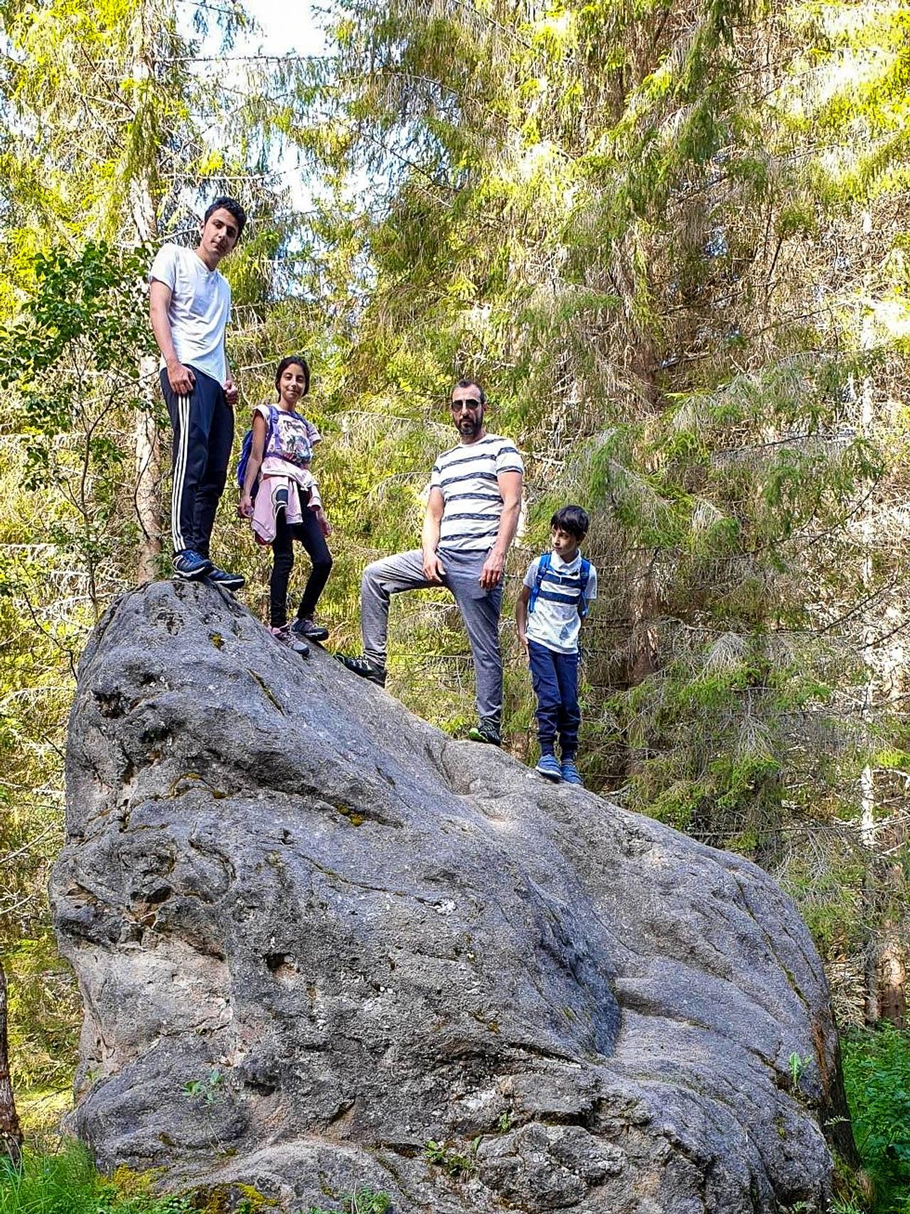 Elias Alawad og familien på tur