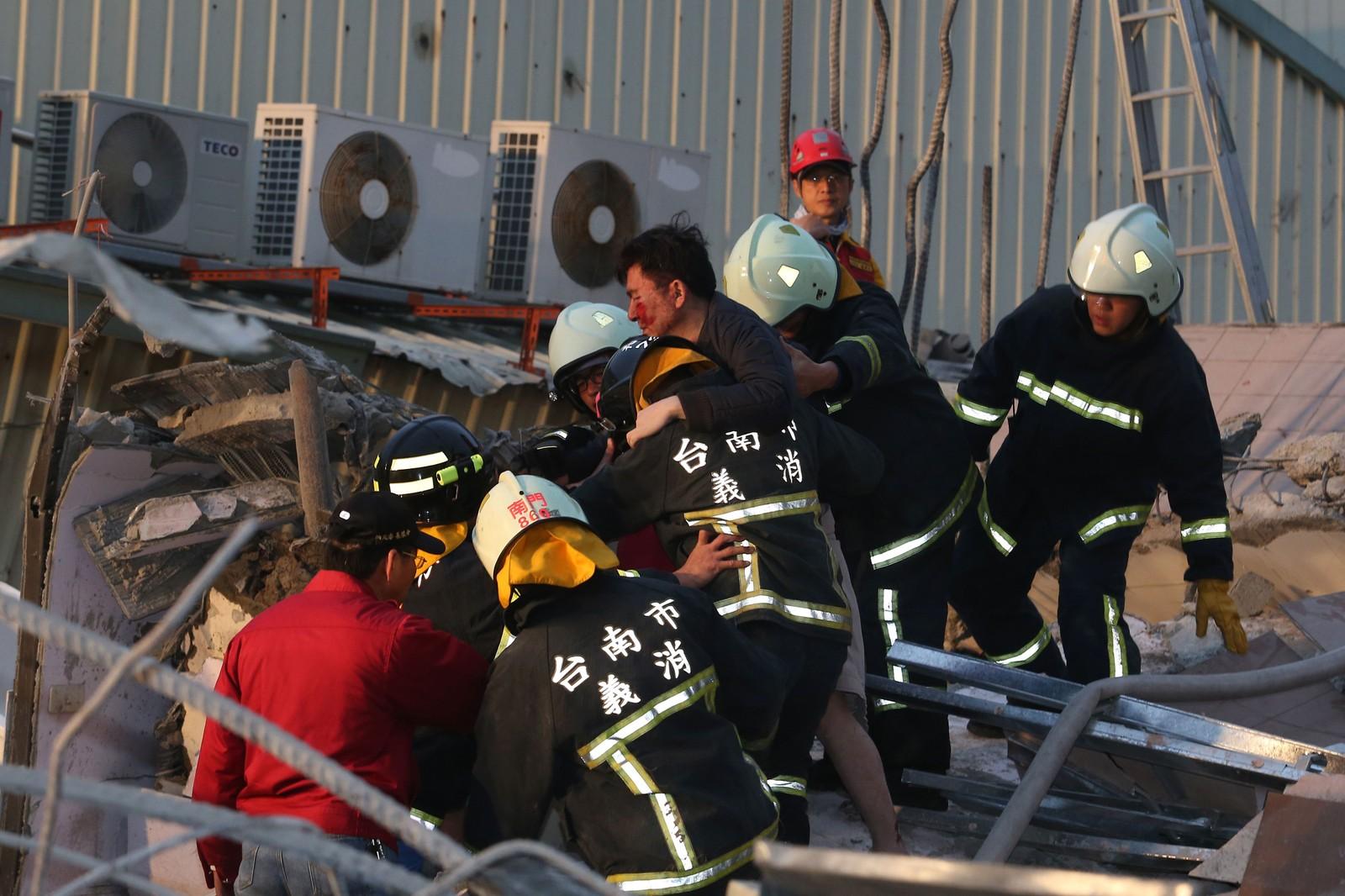 Mange mennesker ble fanget i ruinene da flere bygninger kollapset.