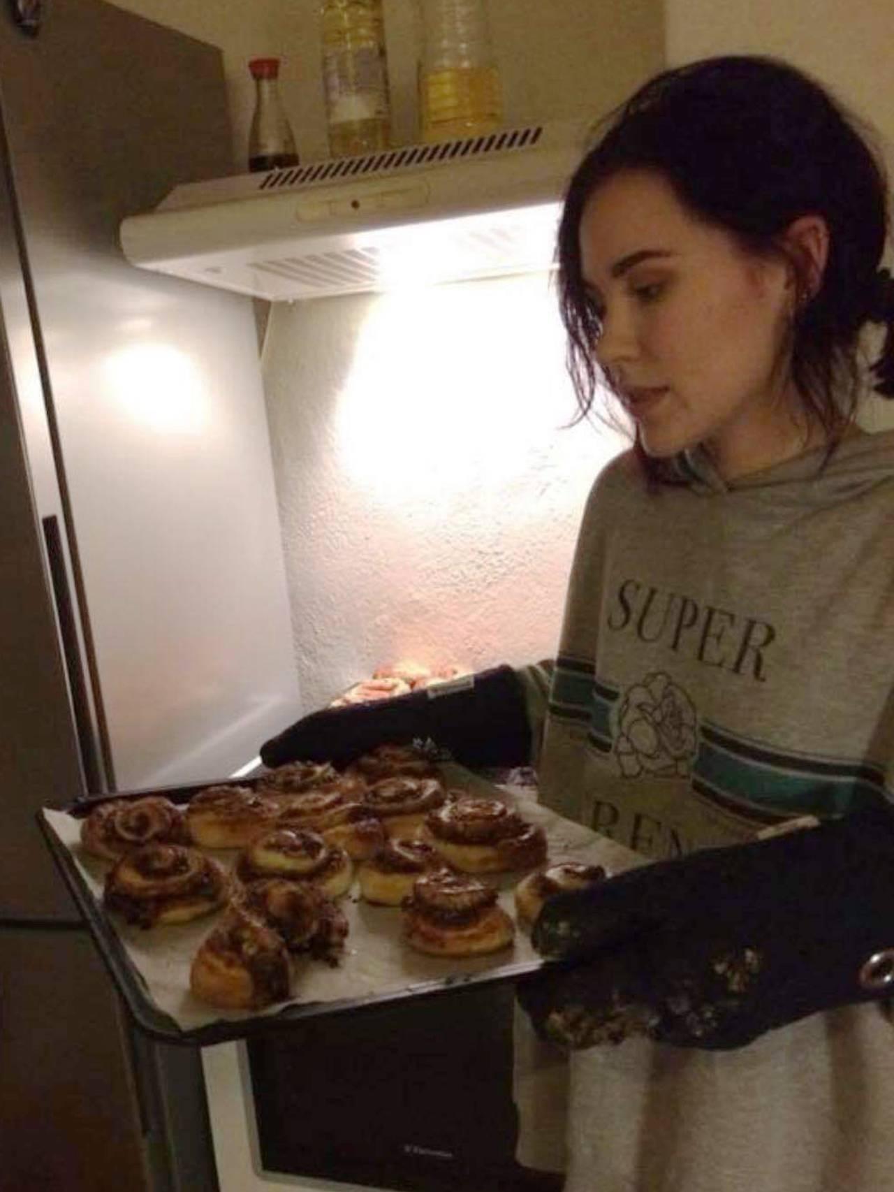 Bilde av Cecilie med nystekte kanelsnurrer