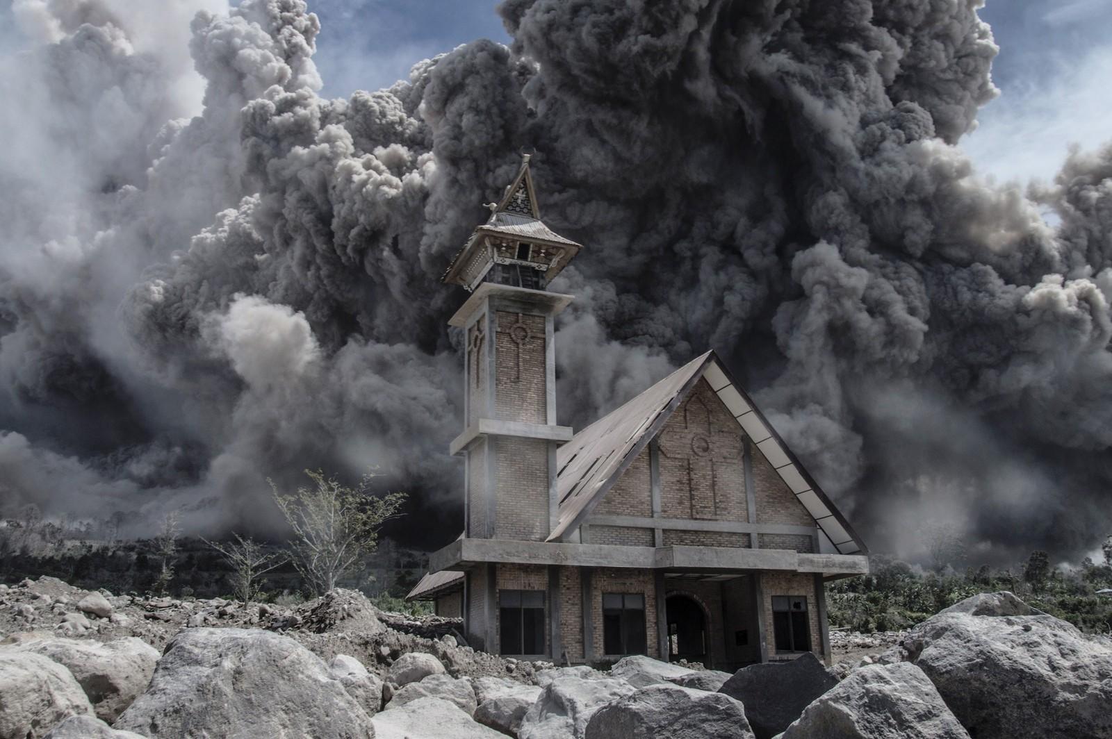 Aske fra vulkanen Mount Sinabung omkranser en evakuert kirke i provinsen Nord-Sumatra.