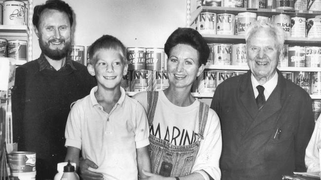 Tre generasjonar Kleiven i 1990. Frå venstre Øyvind Kleiven, sonen Jens Ivar, kona Marit Helene og faren, Erling Kleiven, som starta fargehandelen. Foto: Harald J. Stavang, Firdaposten.