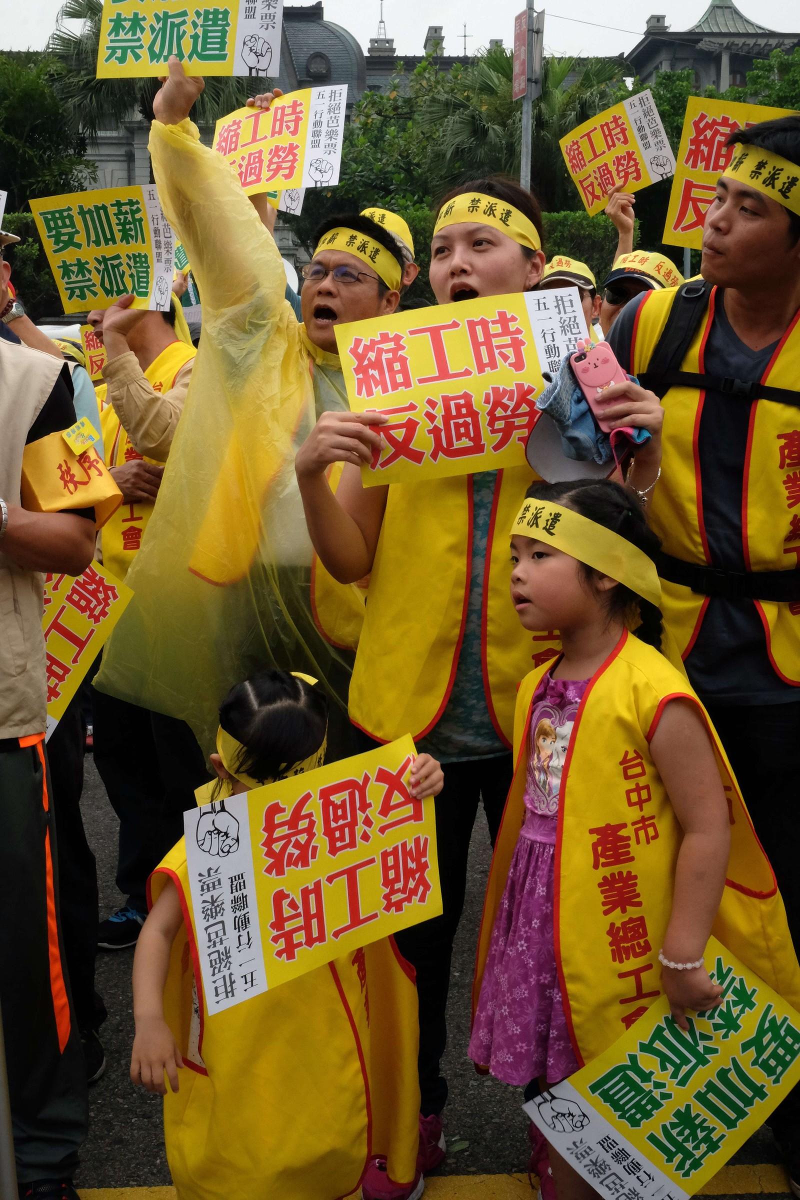 Barn og voksne tok til gatene under 1. mai-markering i Taipei i Taiwan. De demonstrerte for at myndighetene skal heve lønningene, gjøre arbeidsdagene kortere og forby midlertidige ansettelser.