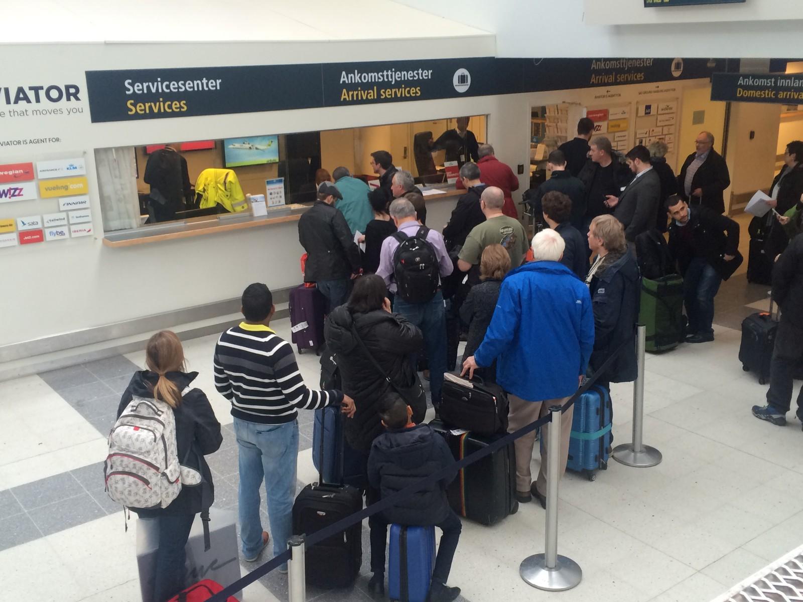 KØ: På Flesland står folk i kø ved 14:30-tida for å få booke om sine kansellerte flyvninger.