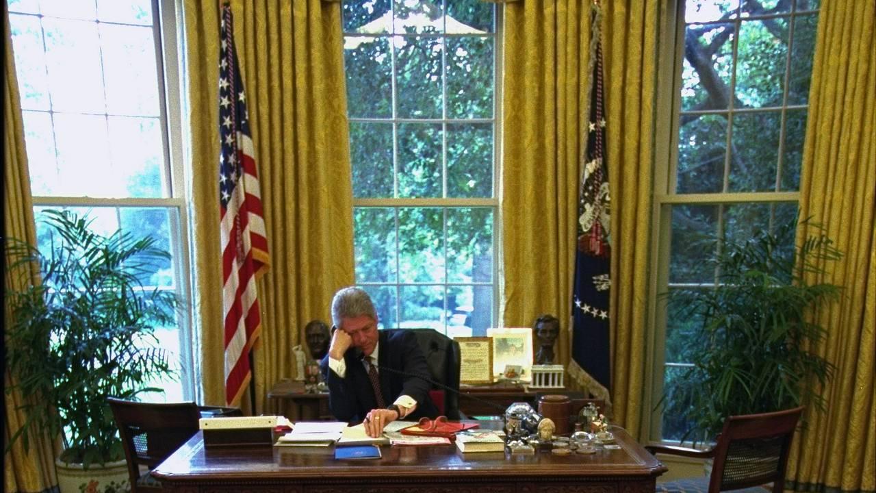 Bill Clinton ved pulten i Det ovale kontor 9. august 1994.