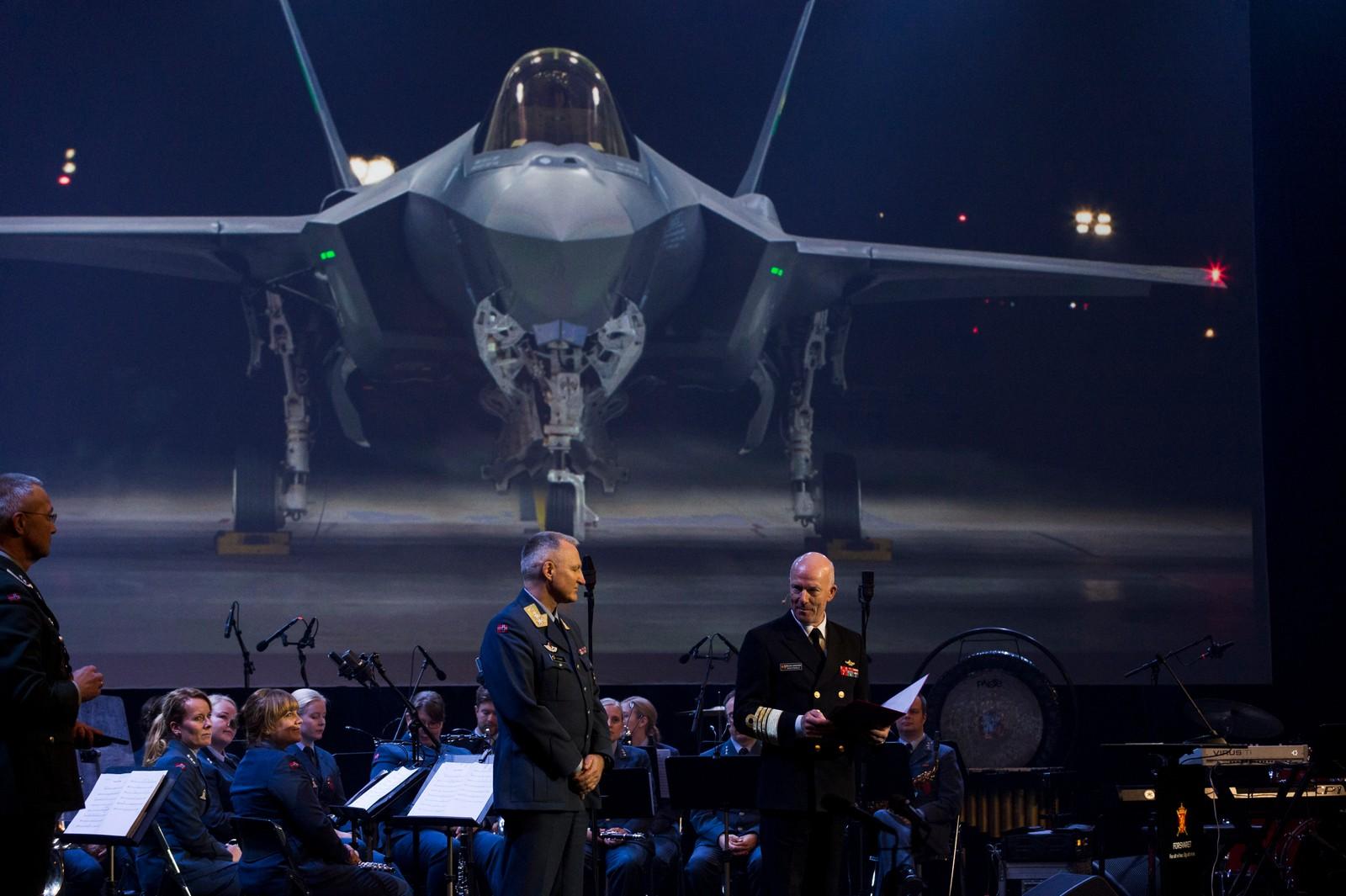 Generalmajor og programdirektør Morten Klever og forsvarssjef Haakon Bruun-Hanssen på Luftforsvarets 73. bursdagsmarkering er de nye F-35 flyene på vingene over Trøndelag.