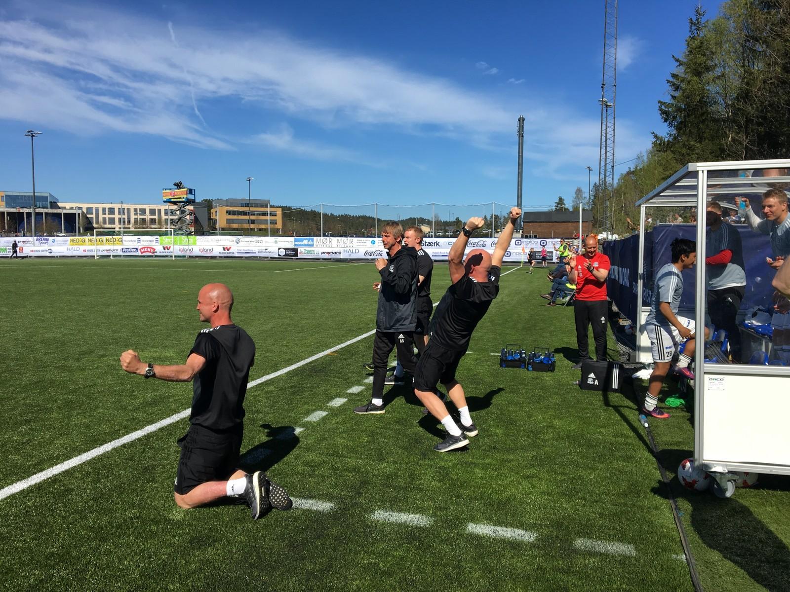Arendal-trener Knut Tørum og resten av benken jubler etter scoringen av Petar Rnkovic.