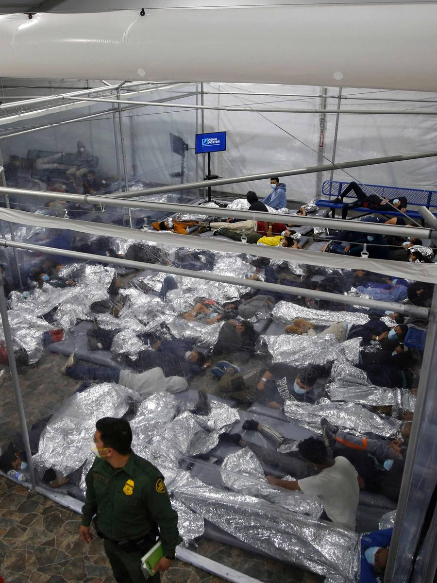 Mindreårige migranter blir plassert i glassbur ved grensestasjonen i McAllen, Texas. På åtte bur er det spredd flere hundre barn og ungdommer. Biden-Harris regjeringen har blitt kritisert for det mange sier er en humanitær krise ved grensen til Mexico. Dette er første gang pressen slipper inn på grensestasjonene.