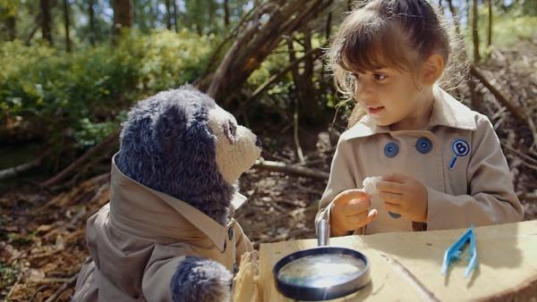På tur i skogen finner Amelia og Brillebjørn ting som ikke hører hjemme der. Brillebjørns Detektivbyrå følger sporene. Norsk dramaserie. (8:10)