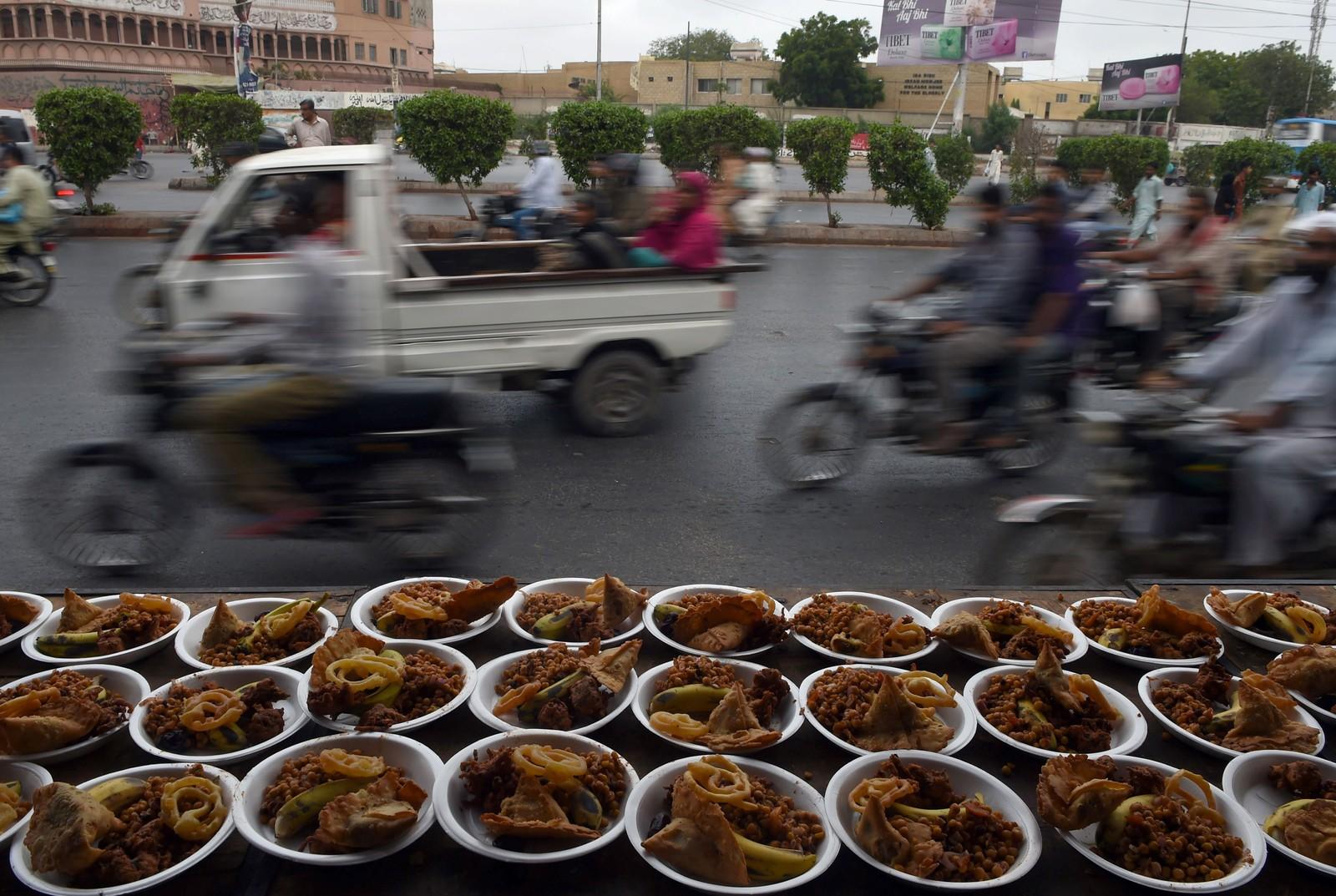 Skåler med mat står klare til solnedgang i Karachi i Pakistan, når muslimer som faster kan få litt mat i kroppen. Under fastemåneden ramadan avstår muslimene mat mellom soloppgang og solnedgang.