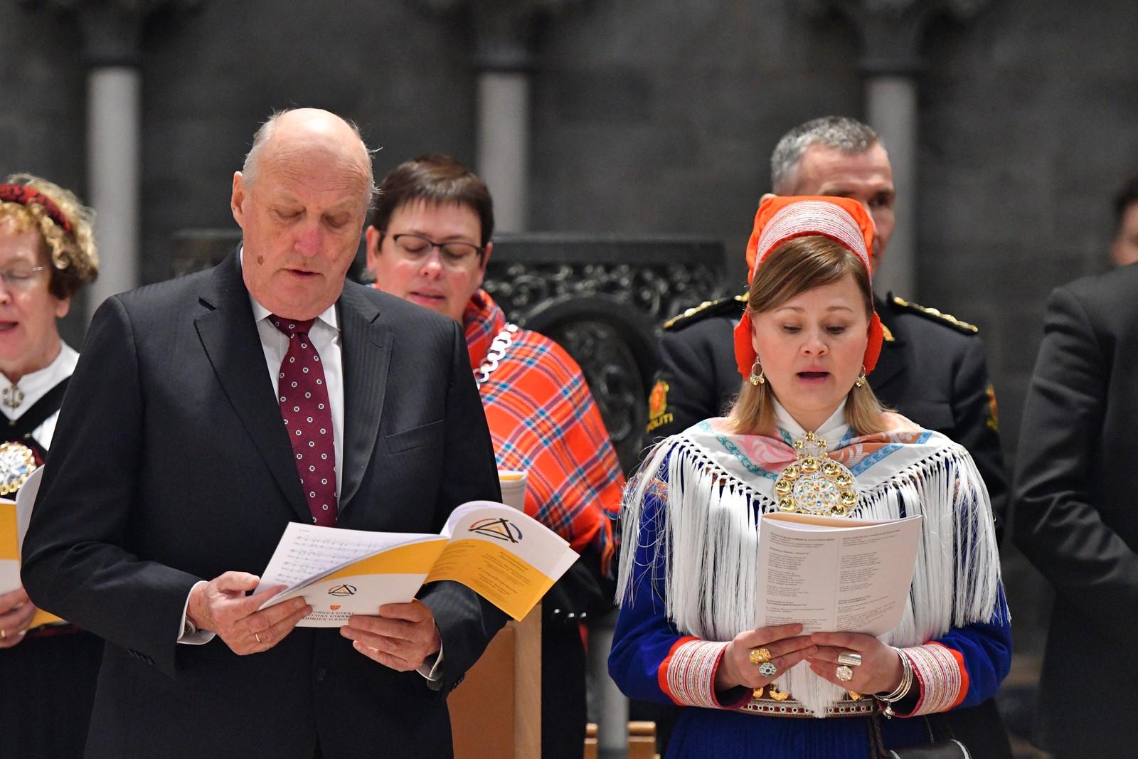 Jubileumsgudstjeneste i forbindelse med tråante2017 i Nidarosdomen, mandag formiddag. Kong Harld og Sara Ellen Anne Eira, leder i samisk kirkeråd, i forbindelse med Tråante2017 i Nidarosdomen.