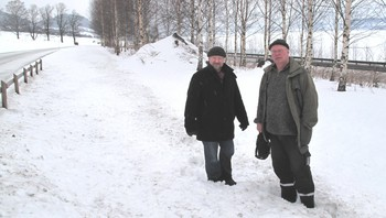 Tor Sæther og Tom Haraldsen på funnstedet for gullgubbene på Hov