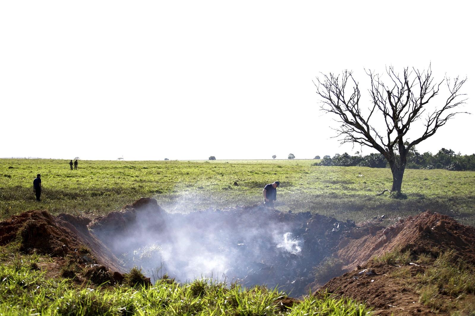 Det ryker fra krateret ved en brasiliansk gård der et småfly på vei fra Brasilia til Sao Paulo styrtet onsdag. Toppsjefen i storbanken Banco Bradesco, Marco Antonio Rossi (45), døde i styrten.