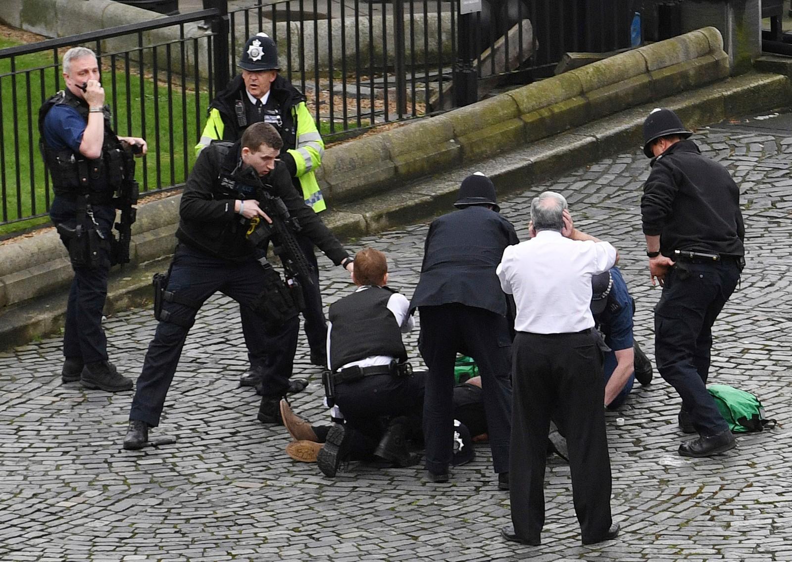 Politiet retter et våpen mot den antatte gjerningsmannen på bakken.