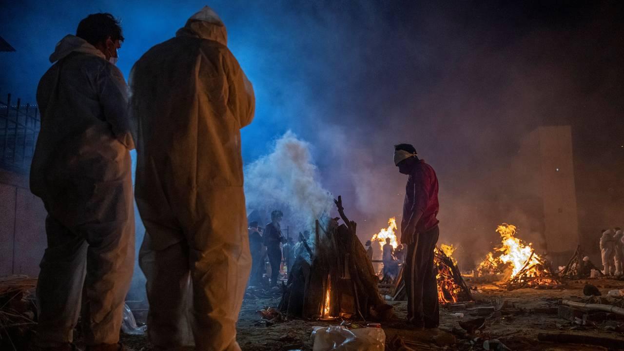 KREMERES: En gruppe sørgende tar farvel med et offer for koronapandemien ved et krematorium i New Dehli.