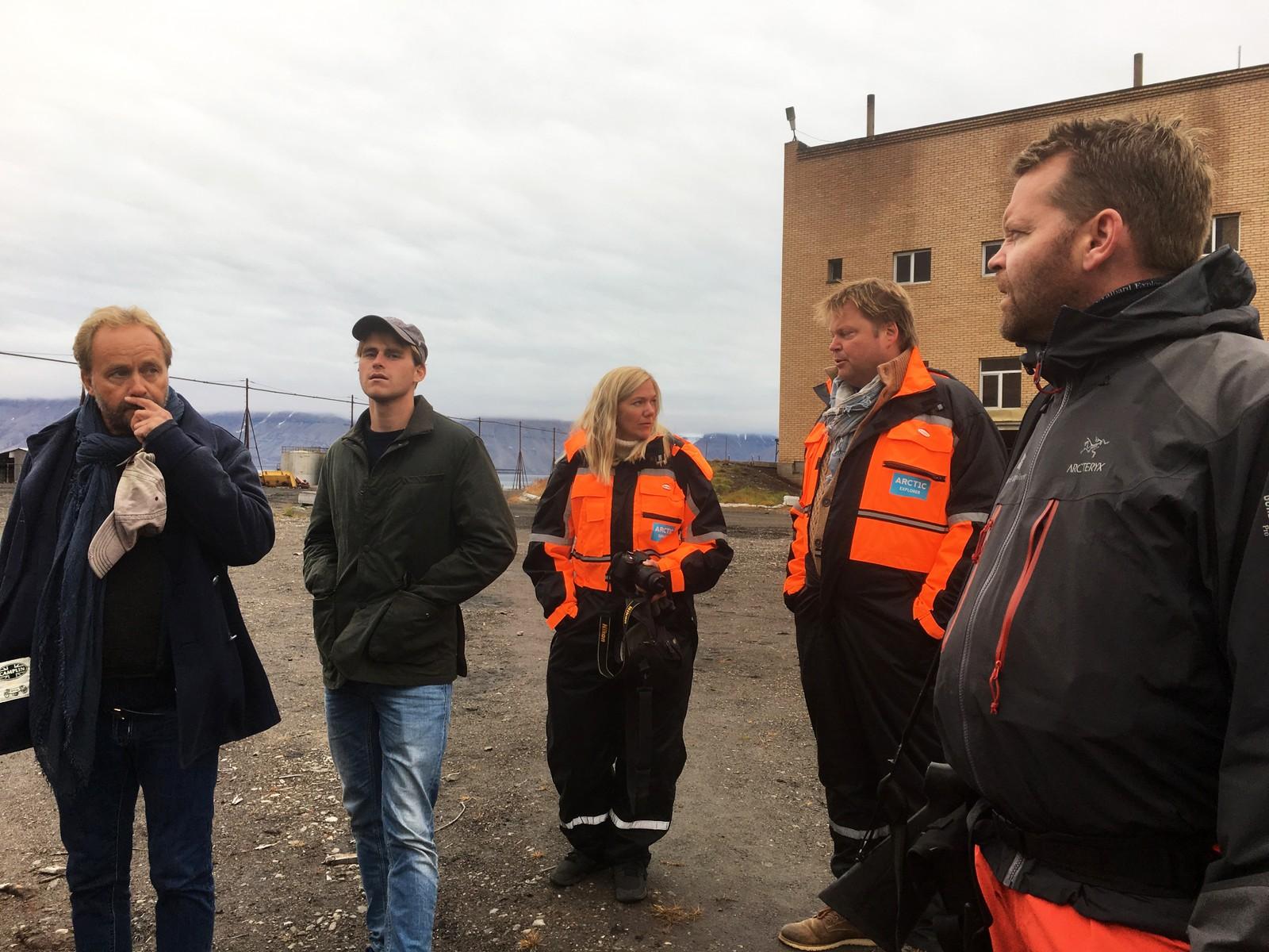 Øystein Wiik og sønnen, Maja Lunde, Jørn Lier Horst og isbjørnvakt, kokk og cruise-eier Steve.
