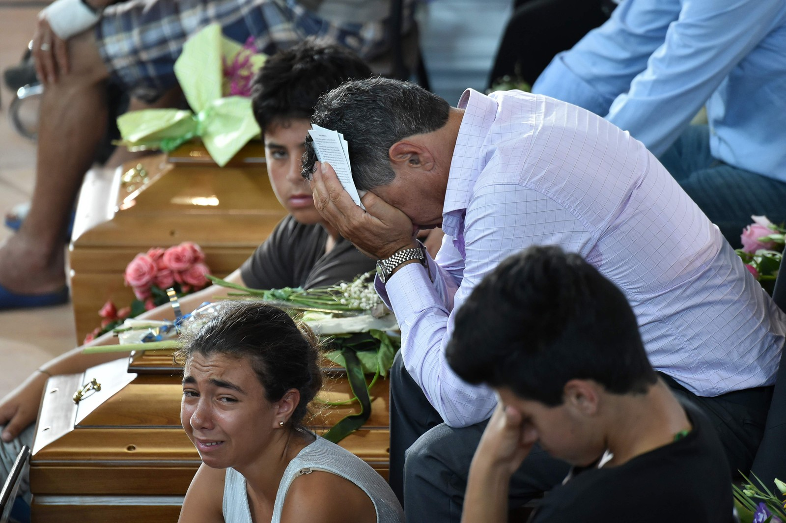 Mange familiar måtte i dag ta farvel med ofra etter jordskjelva.