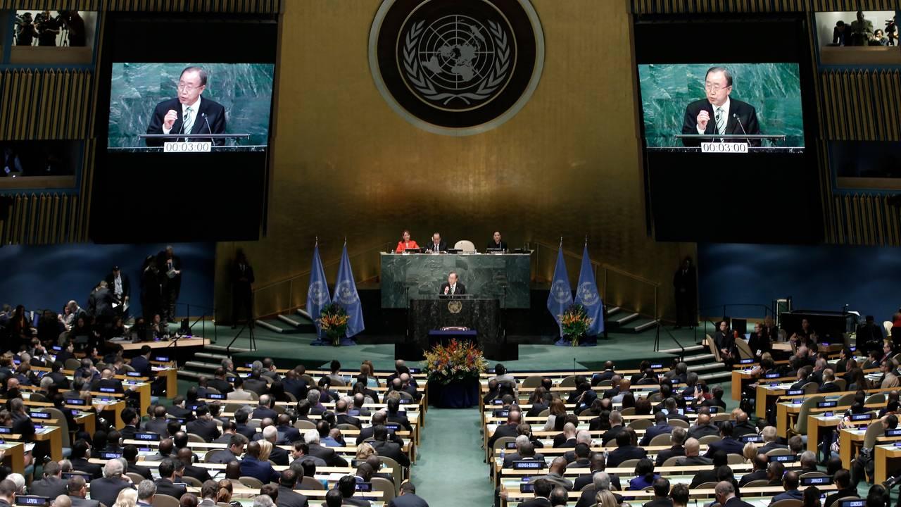 FNs generalsekretær Ban Ki-moon taler under signeringen av Parisavtalen i FN april 2016