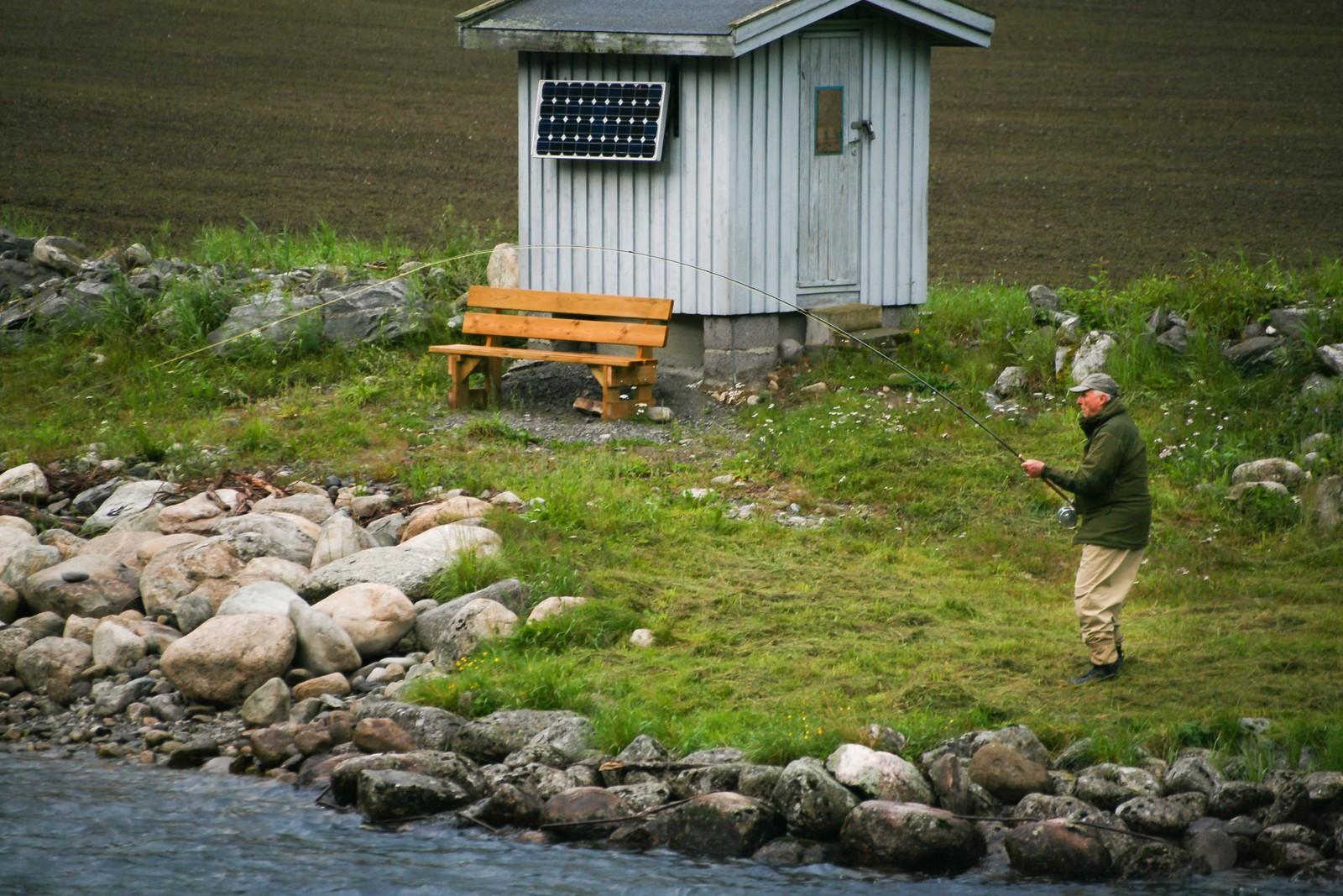 Klokka er kvart over ni måndag kveld og Kongen kjenner at han har fått fisk på kroken. Flugestanga går i boge.