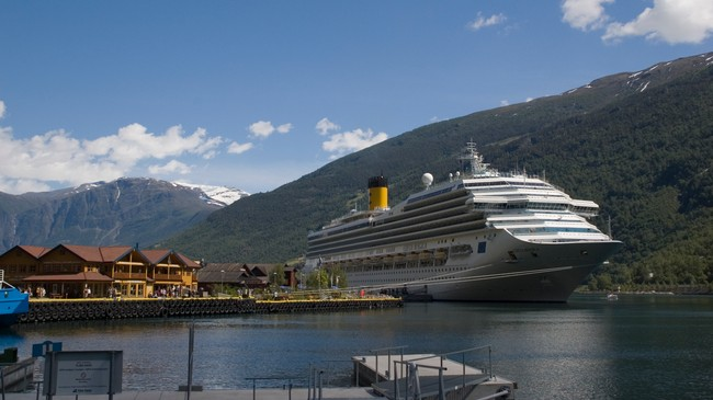 Cruiseskipet Costa Magica ved kai i Flåm. Foto: Merete Husmo Høidal. NRK