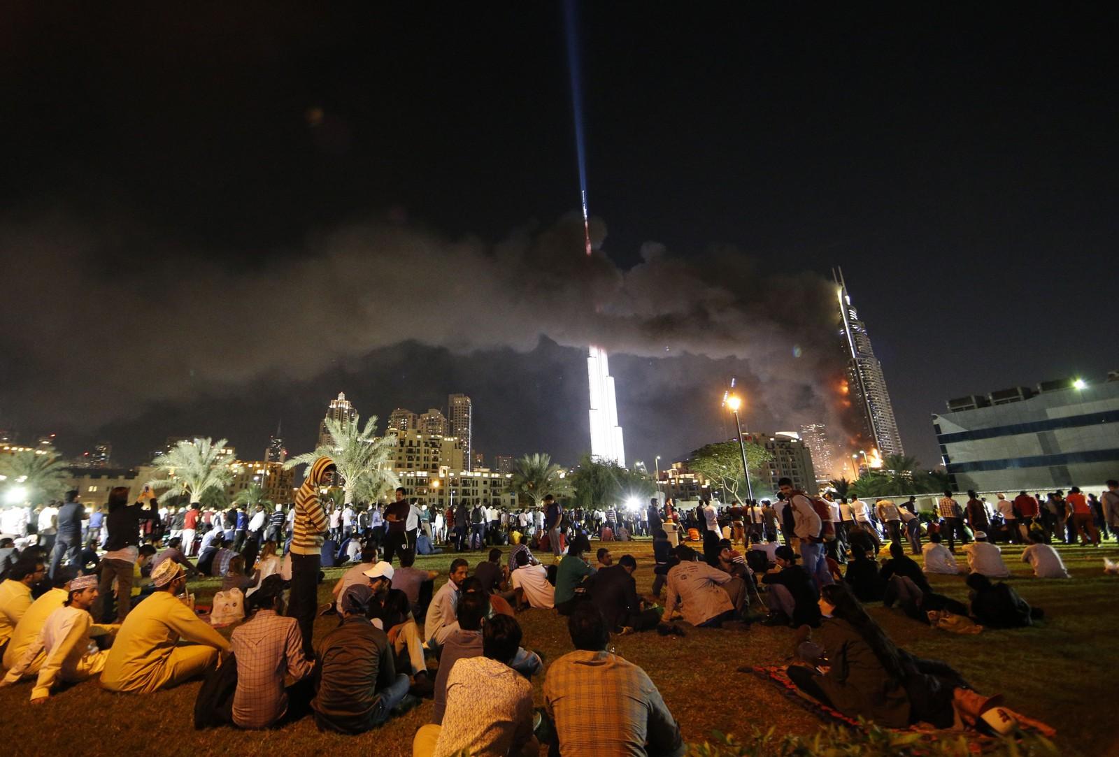Svart røyk velter ut av skyskraperhotellet Address Hotel i Dubai. Folk som venter på furverkeriet får en uventet utsikt til dramaet.