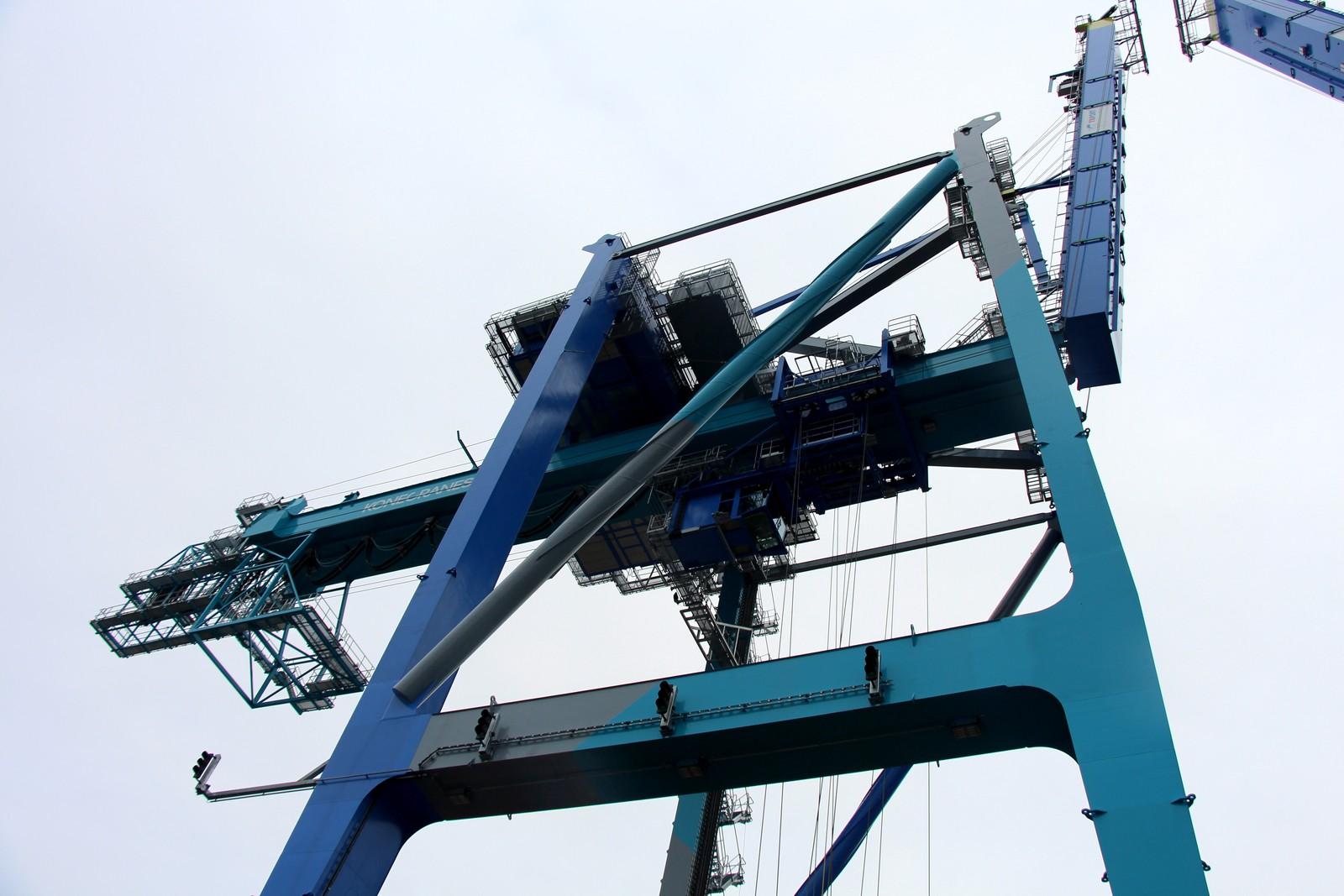 Kranene kan løfte opp til 85 tonn og kan ta imot skip som har 14 conteinere i bredden.