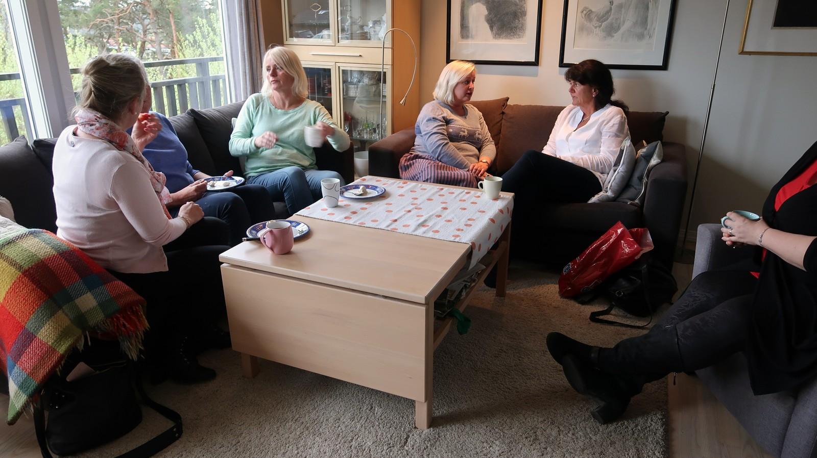 De venter på å bli kledd opp hjemme hos Aase Helene Fidje Ødegaard.