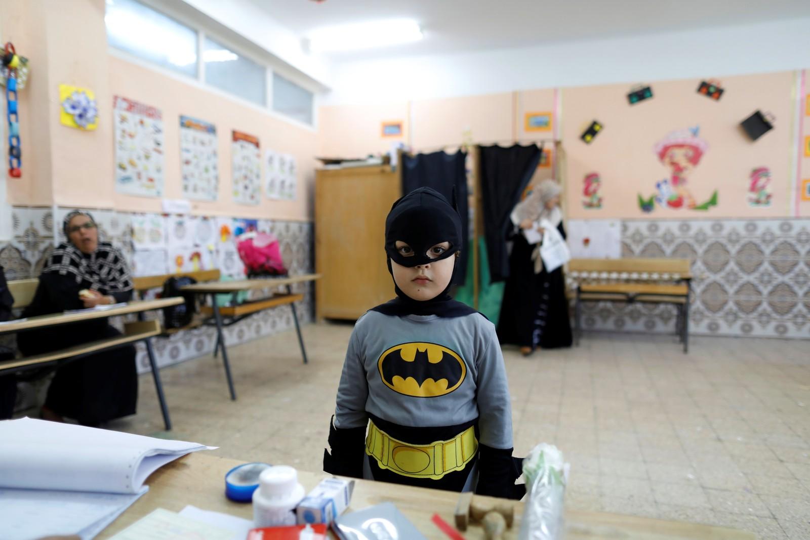 En liten superhelt i et stemmelokale i Alger i Algerie.