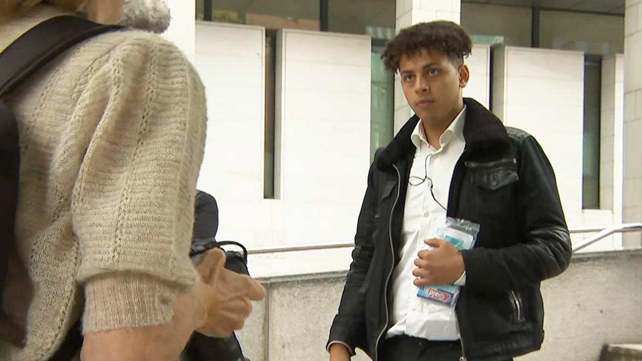 Mustafa blir tatt bilde av, på vei inn i Oslo tingrett