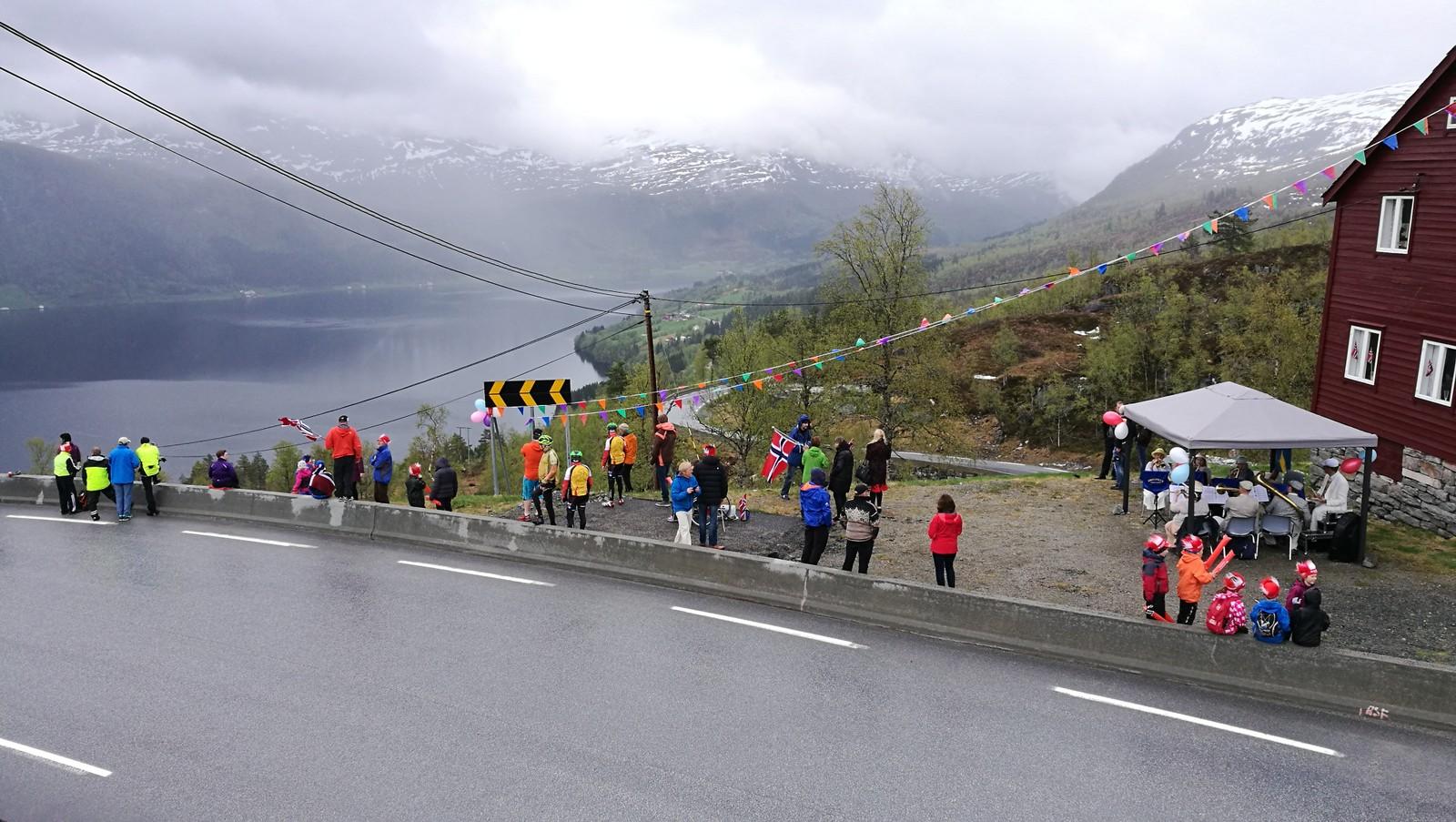 Det er grått i vêret, men folk har likevel møtt opp. Her frå Røyrvikfjellet.