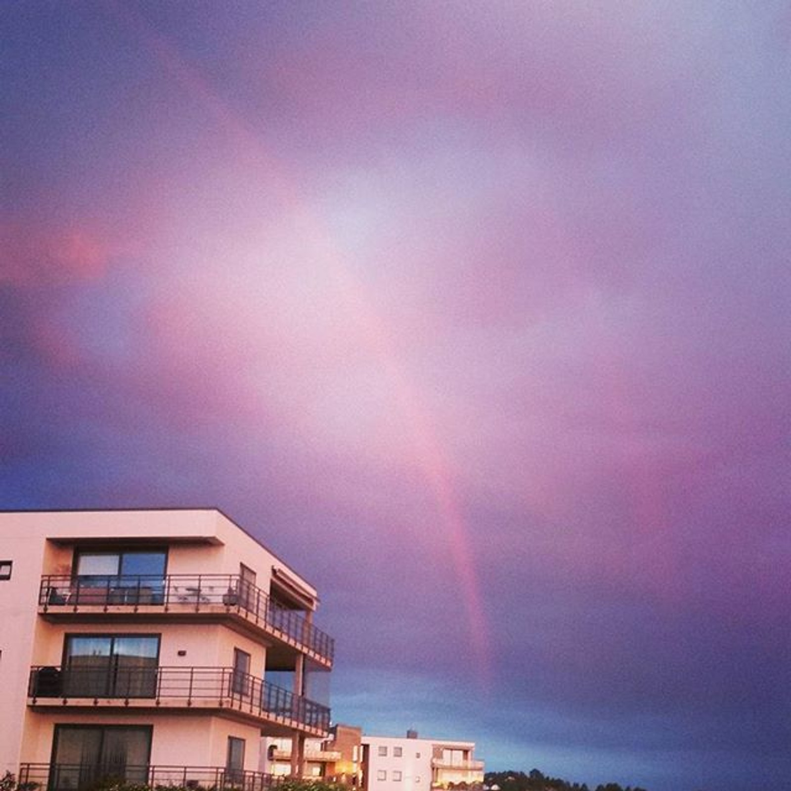 Regnbue og lilla himmel og Jarlsø i Tønsberg.
