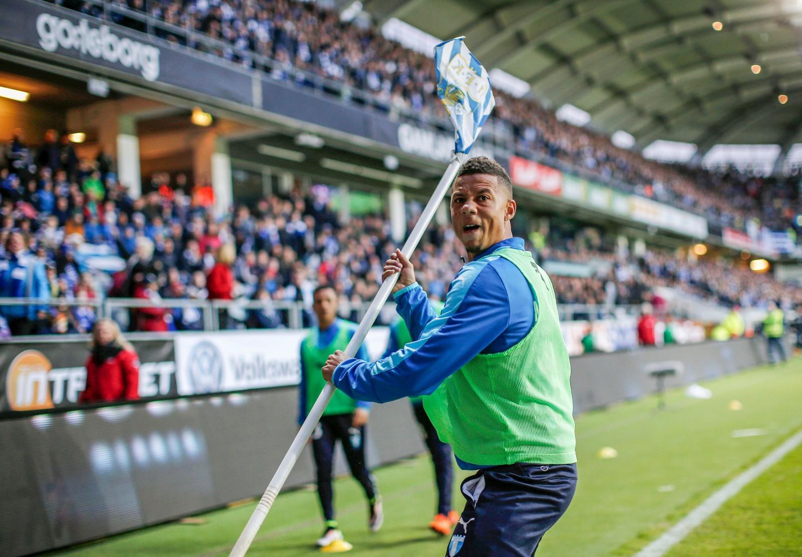 Malmö-spiller Tobias Sana kastet cornerflagget opp på tribunen etter at det ble kastet en kinaputt mot ham da han varmet opp under kampen mellom IFK Göteborg og Malmö onsdag. I samme kamp løp den norske ishockeyspilleren Mats Rosseli Olsen ut på banen og sparket ballen i mål. Kampen ble avblåst da det var rundt et kvarter igjen.