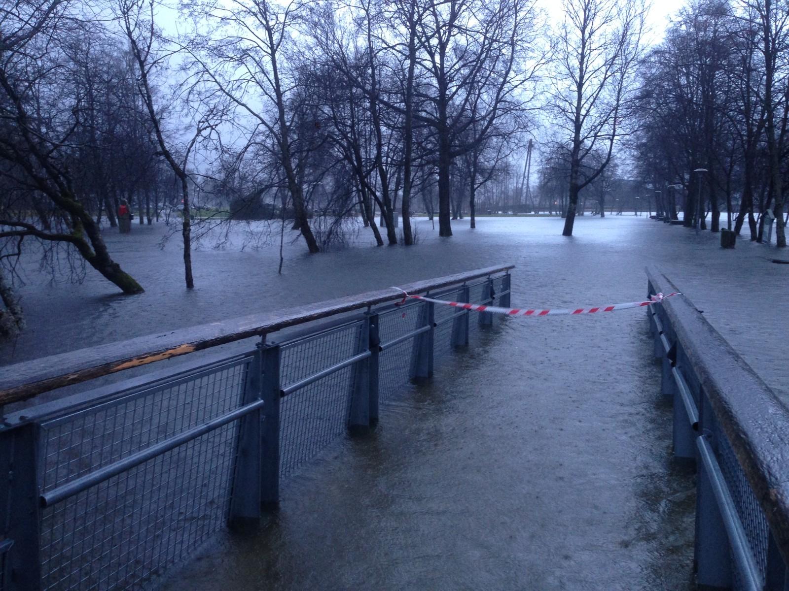 Hit, men ikkje lenger! Fleire område i Førde sentrum står under vatn etter dei store nedbørsmengdene.