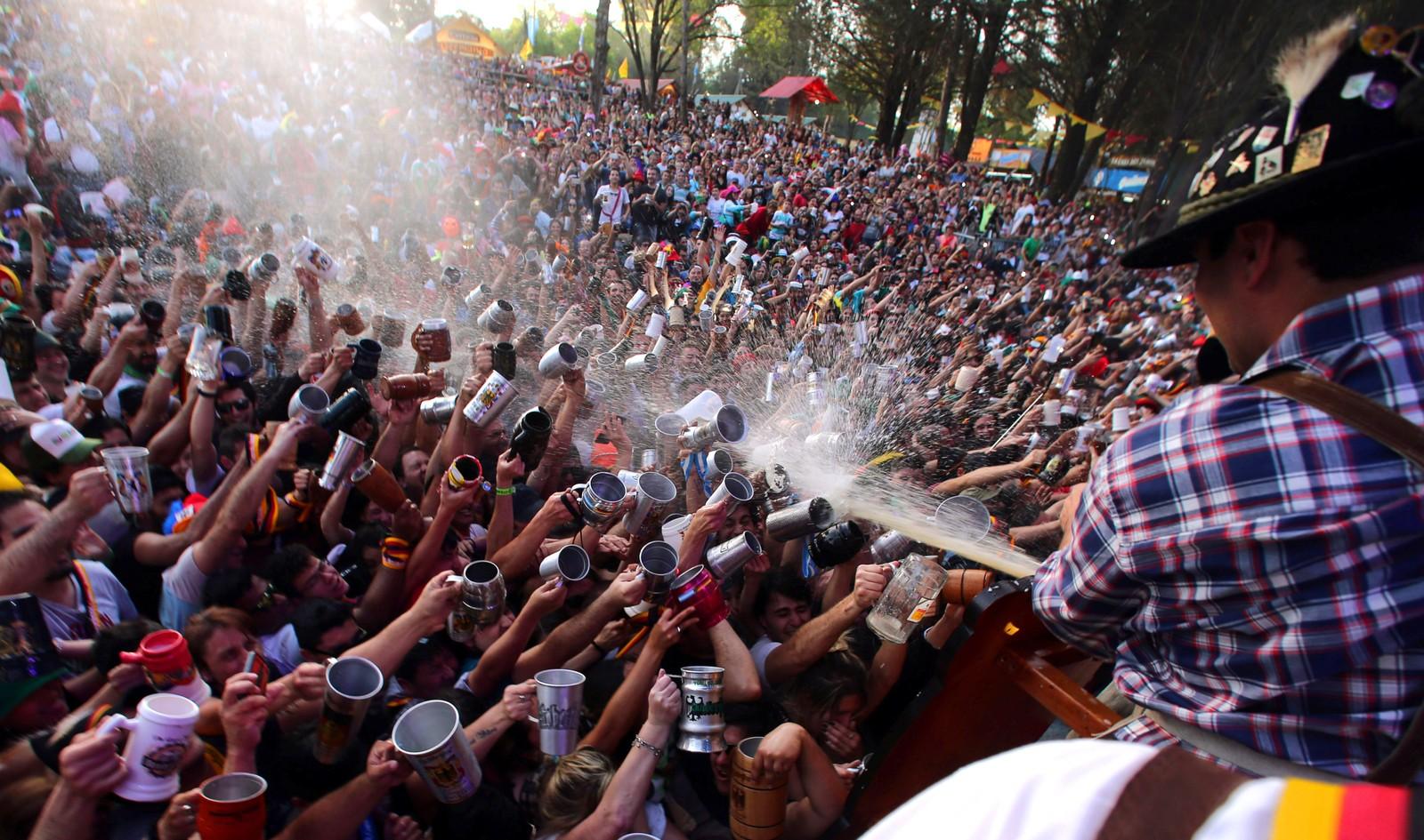 Det er jo gratis! Gjester på Argentinas Oktoberfest forsøker å fylle muggene med øl. Bildet er tatt i Villa General Belgrano.
