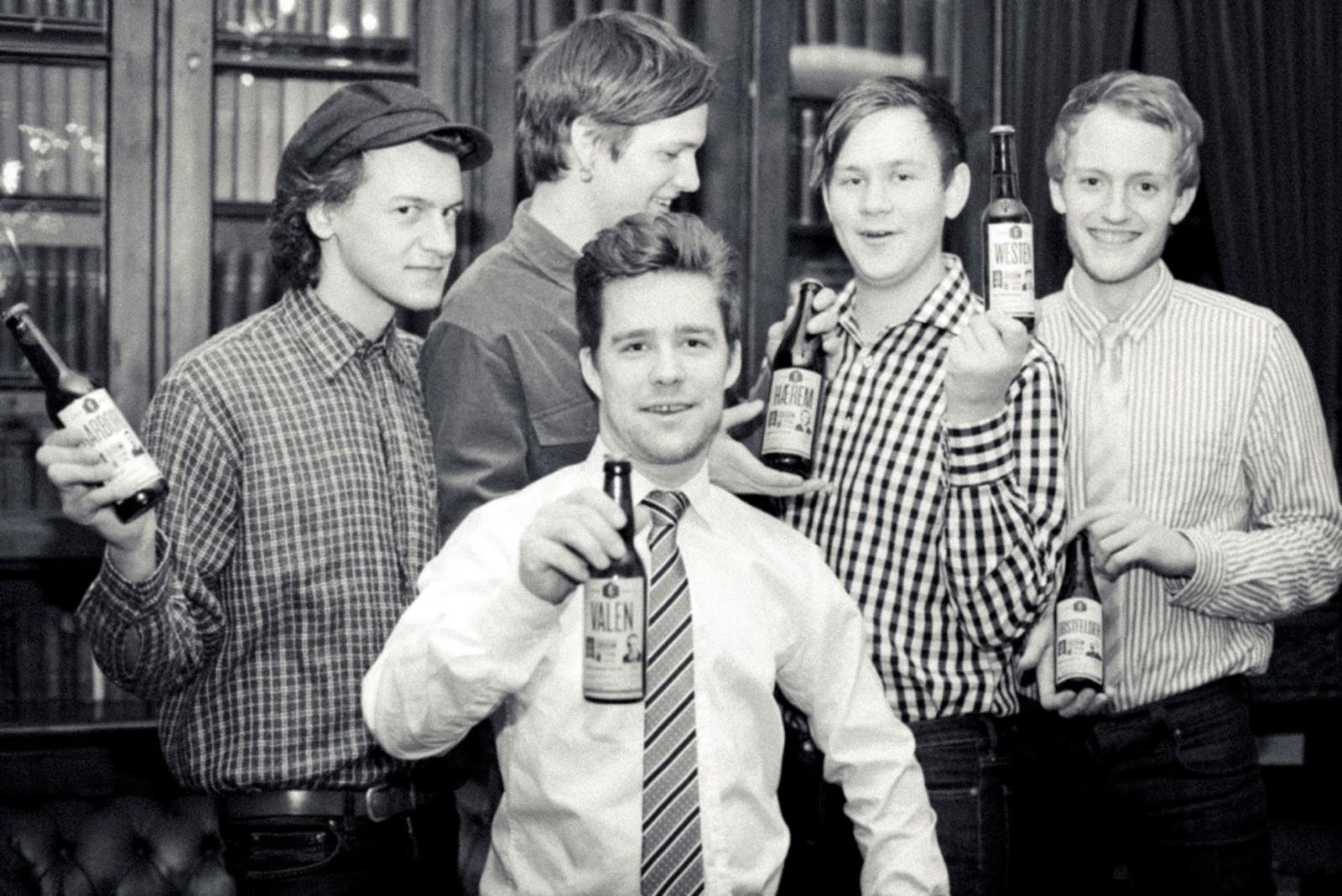 Som beboer på Studenterhjemmet blir man fort bevisst på husets historie. I min tid på huset startet vi bryggelag, og da hedret vi selvfølgelig forbilder som Sigbjørn Obstfelder og Arne Garborg på etikettene. (Fra venstre: David Sviland, Thomas Espevik, Martin Braut Tjelle, Geir Strandenæs Larsen. Foran: Per Sigve Særheim.