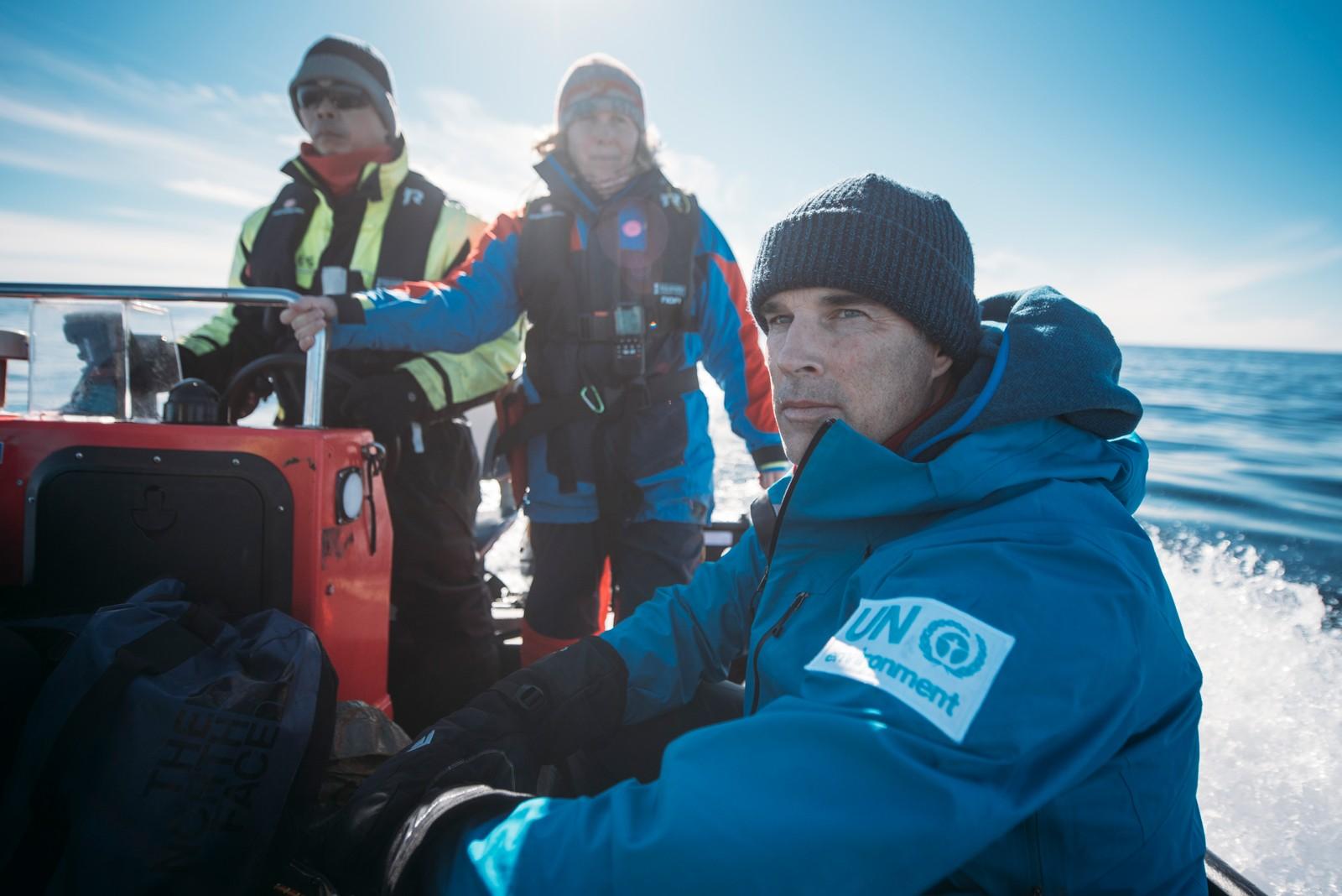 Lewis Pugh og følgemannskapet på vei ut til området han skal svømme i.