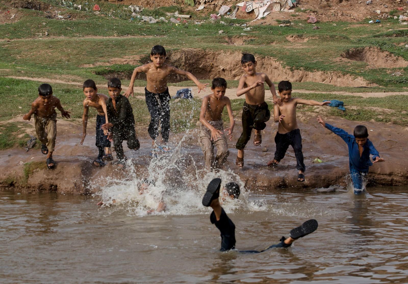 Pakistanske flyktningborn som har flykta til hovudstaden Islamabad badar i eit vatn som diverre er forureina. I Pakistan er det enkelte stader ein ekstrem varme, på opp mot 47 grader på det verste. Også i India er det ekstreme temperaturer som tek mange menneskeliv i fastemånaden Ramadan.