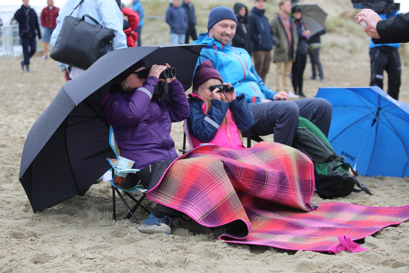 Olivia og Clara Boge var blant de oppmøtte som hadde satt seg godt til rette, med campingstoler, pledd, paraply og kikkerter.