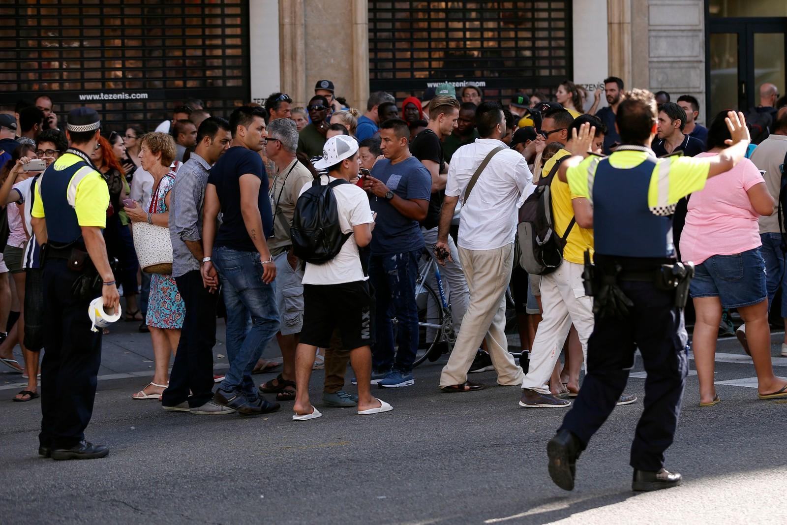STORE FOLKEMENGDER: Politiet styrer folkemengden ut av området. Det var mange personer tilstede i handlegaten da angrepet fant sted.