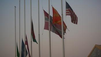 Flagg på halv stang i Meymaneh leir