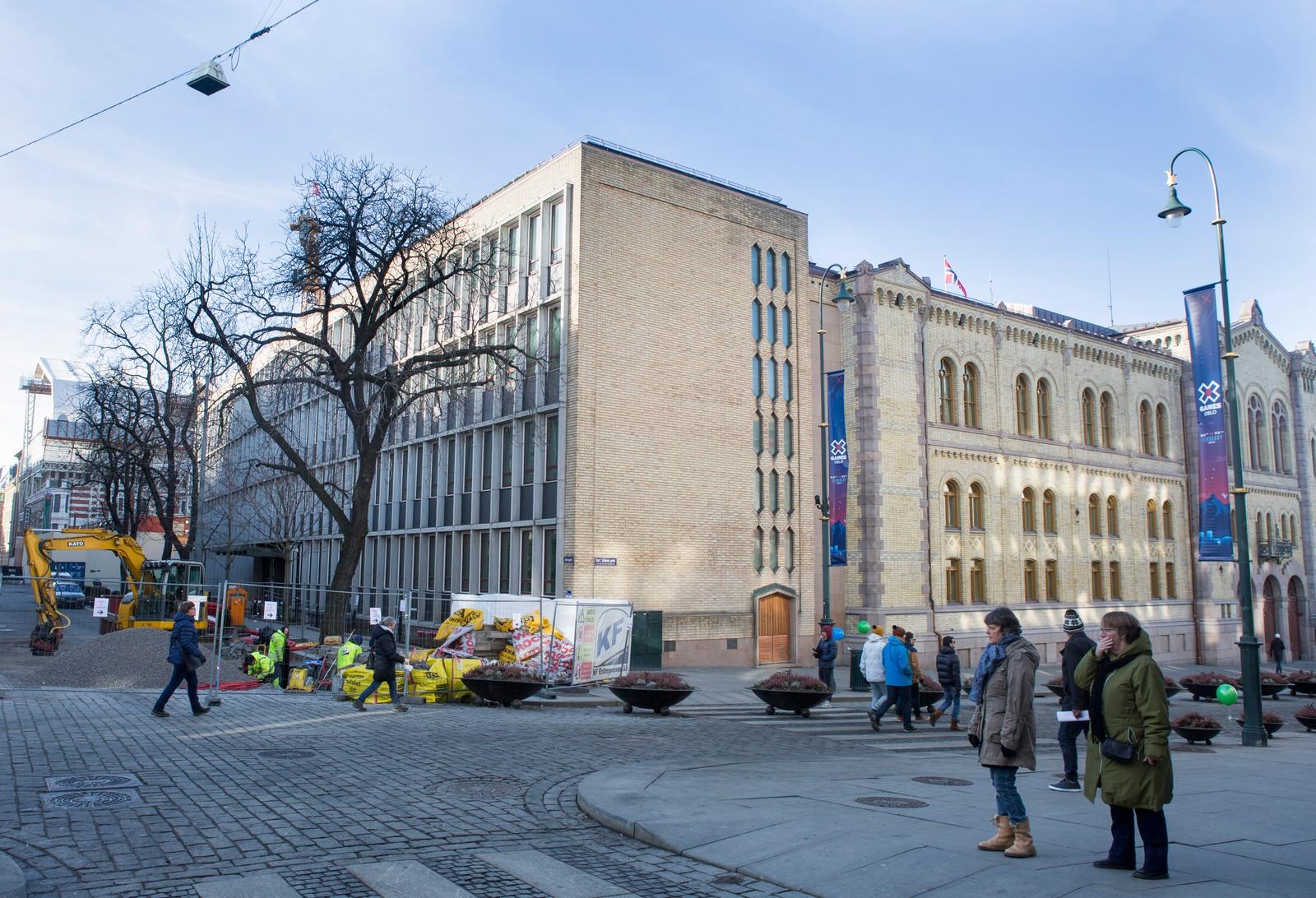 Stortinget sett fra Akersgata/Egertorget i dag. Det var arkitekt Nils Holter som fikk ansvaret for ombyggingen på 1950-tallet. Det nye kontorbygget ble opprinnelig tegnet en etasje høyere. Den funksjonalistiske arkitekturen skulle stå i kontrast til Langlets bygg. Foto: Torstein Bøe / NTB scanpix