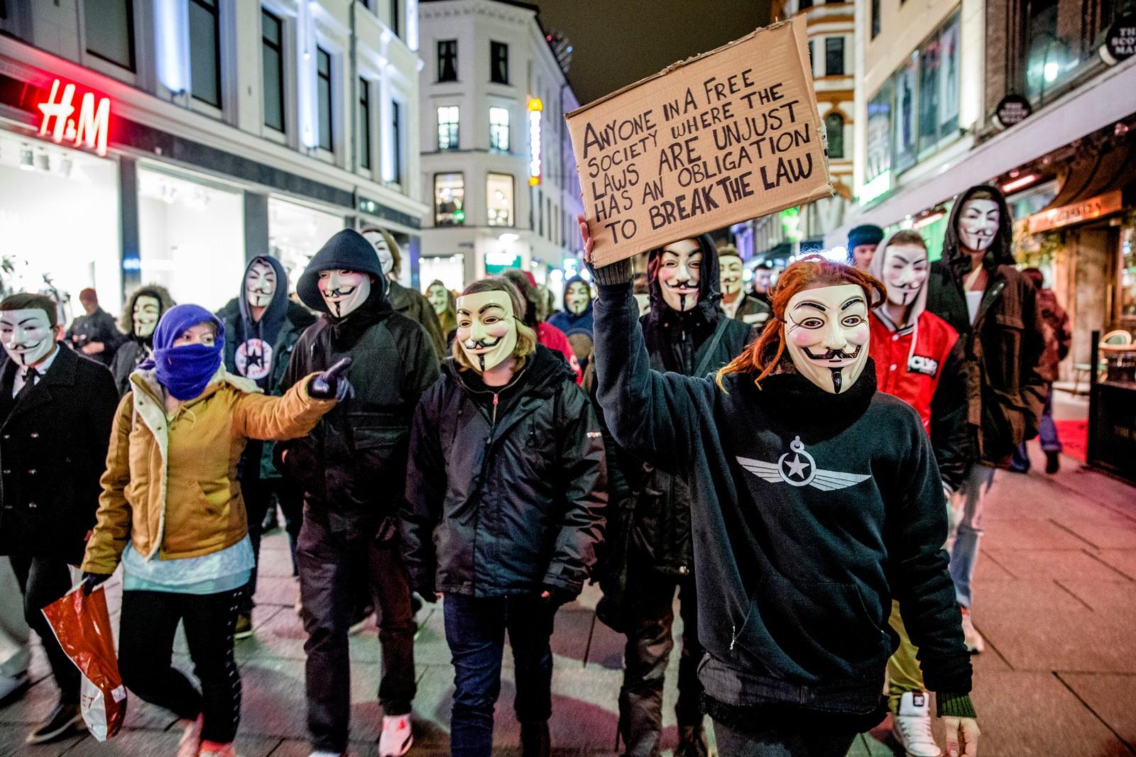 En gjeng fra Anonymous demonstrerte i 2013 ulovlig i Karl Johans gate i Oslo mot datalagringsdirektivet. De ble stoppet av politiet og Guy Fawkes maskene ble beslaglagt.