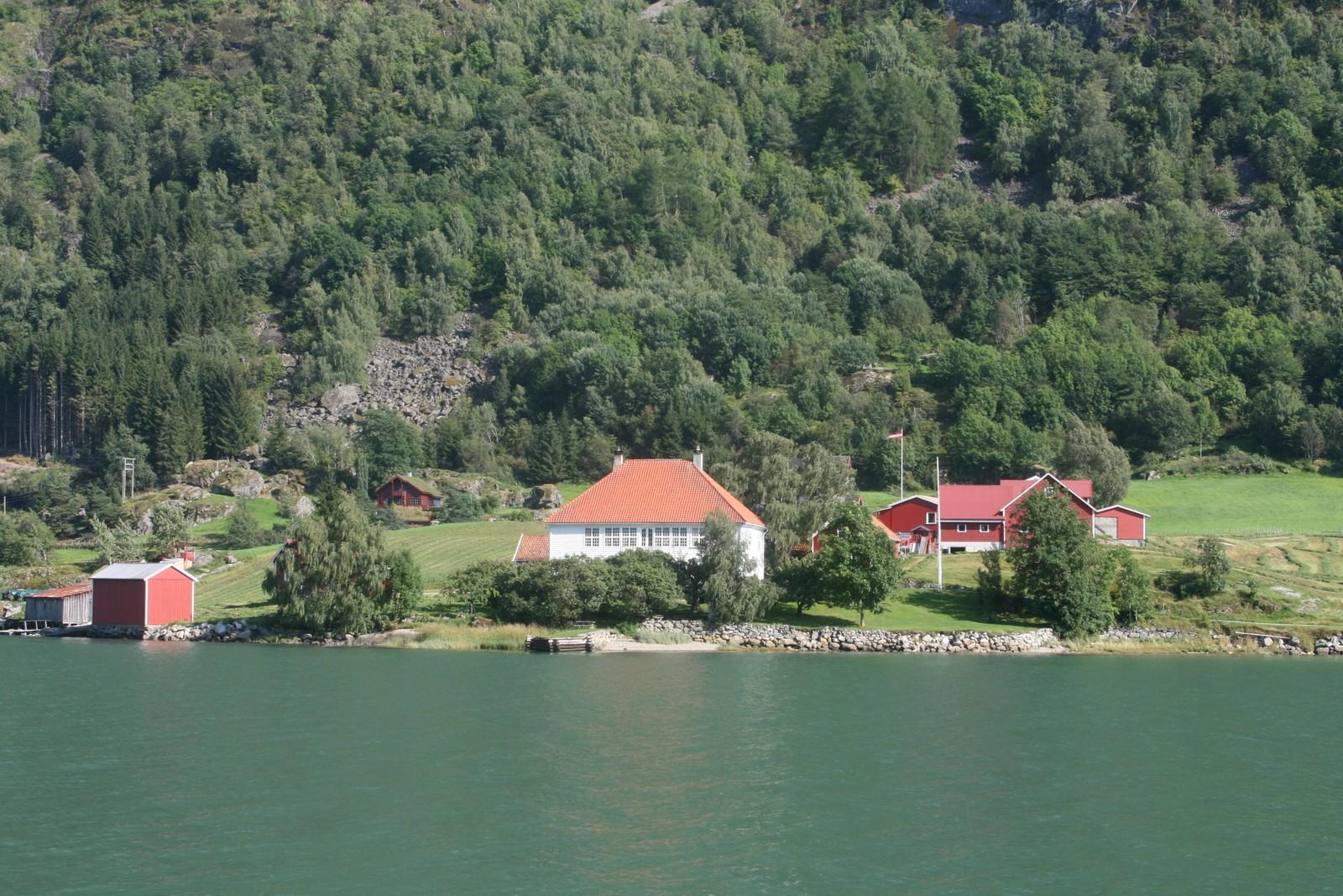 ÆRVERDIG: Huset på Loftesnes i Sogndal blei bygd i 1776.